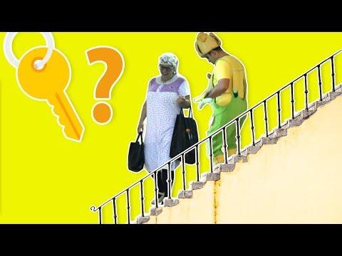 فوزي موزي والتيتا فوزية - Fozi Mozi and Teta Fozeya stairs - فوزي موزي والتيتا فوزية على الدرج.