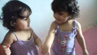 isis e Anita: gêmeas brincando