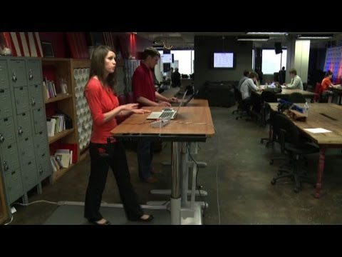Lavorare in piedi: un tapis roulant al posto della scrivania