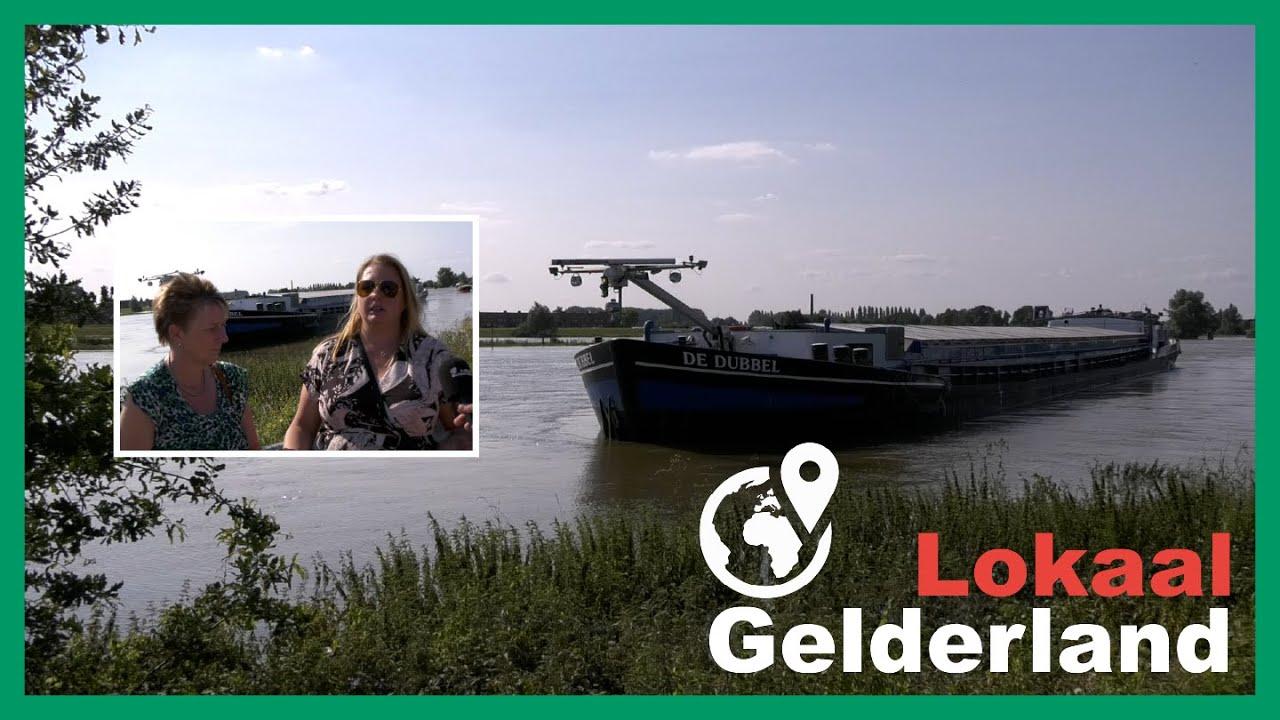 Vrachtschip verliest kajuit en auto na aanvaring met Oude IJsselbrug