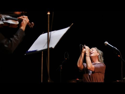 Bára Basiková: Souměrná - poprvé s houslemi a harmonikou