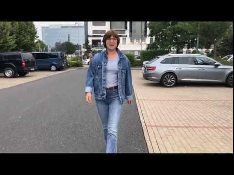 Ходьба без костылей через месяц после эндопротезирования тазобедренного сустава. Видео пациентки.
