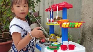 Bé Giả Vờ Chơi Với Búp Bê Bán Hàng Nấu Ăn / Baby Pretend Play With Chicken Baby Doll Shop Toy