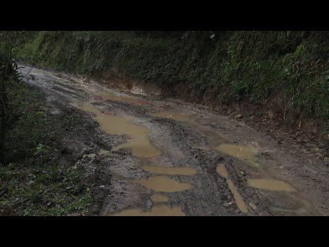 Buracos, lama e pedras pelo caminho: moradores pedem melhorias em estrada de Macaé de Cima