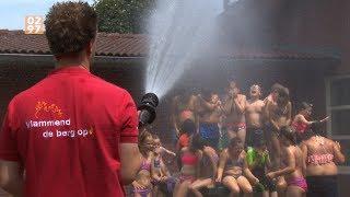 Brandweer spuit schoolkinderen in de regio nat