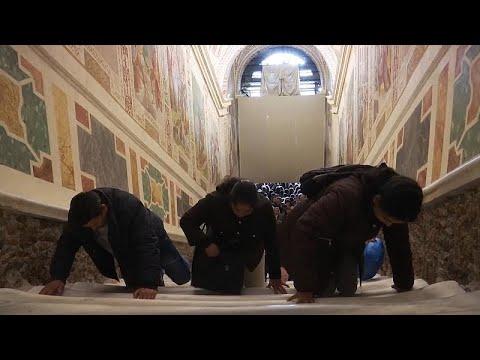 العرب اليوم - شاهد: مسيحيّون يصعدون الدَّرج المُقدس على ركبهم في الفاتيكان