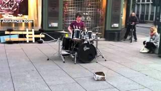 Виртуозный уличный барабанщик / Virtuoso street drummer