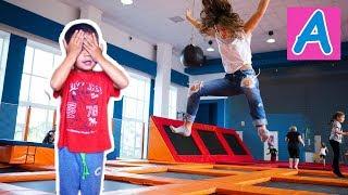 Супер прыжки на батуте Тренер нас удивил Indoor Playground  High jumps on trampolines
