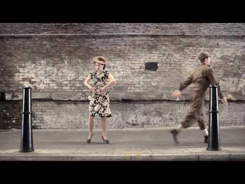 זוג רקדנים משחזר 100 שנות ריקוד ב-2 דקות