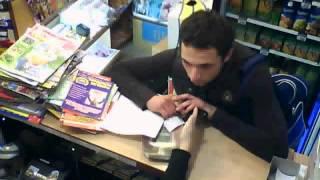 Смотреть онлайн Эпический фейл вооруженного грабителя в магазине