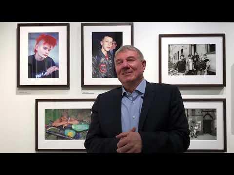 """Fotograf Daniel Biskup vor der Ausstellungseröffnung """"Nach dem Mauerfall"""""""