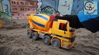 Машинки игрушки. Бетономешалка, трактор, экскаватор. Игры в песочнице. МанкиТайм