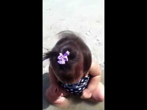 Ashley jugando con la concha y el agua de arena