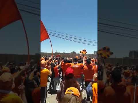 """""""Previa Huracan Naranja afuera del estadio."""" Barra: Huracan Naranja • Club: Cobreloa"""