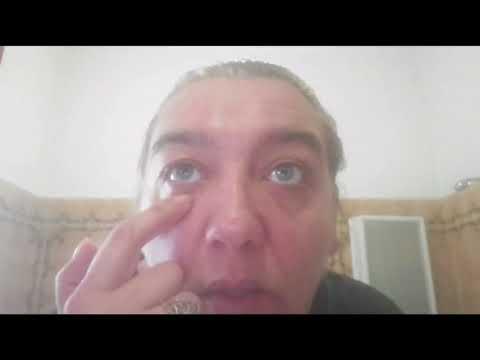 La decolorazione di crema o pacco di faccia