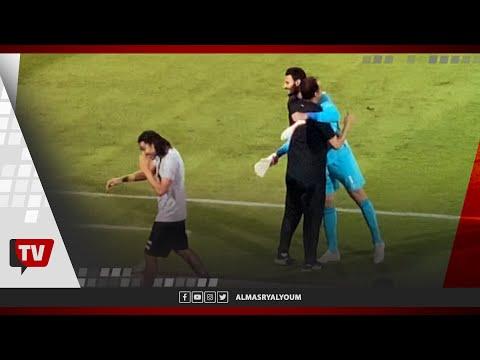 قفشة والشناوي يتوجهان لتحية عبد الحميد بسيوني قبل انطلاق الشوط الثاني