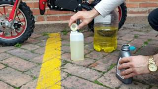 Preparando la premezcla para la minimoto Cross de gasolina 49cc en Bogotá my tienda online