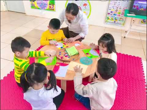 Hoạt động làm bưu thiếp chúc mừng ngày 20/10 của các bé 5A1 trường MN Tân Tiến