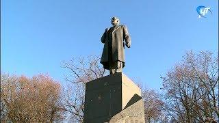Новгородцы возложили цветы к памятнику Ленину в день столетия Великой русской революции