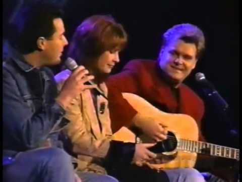 Ricky Skaggs, Patty Loveless, Vince Gill – Go Rest High On That Mountain (Live)