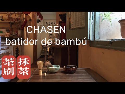 Preparación de té verde Japonés Matcha con batidor de bambú chasen