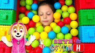 Ceylin & Skye - Colorful Ball Pool with Colorful Blocks - Learn Colors with Johnny Yes Papa ABC Song