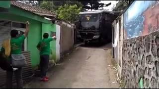 Bus polisi di gang sempit