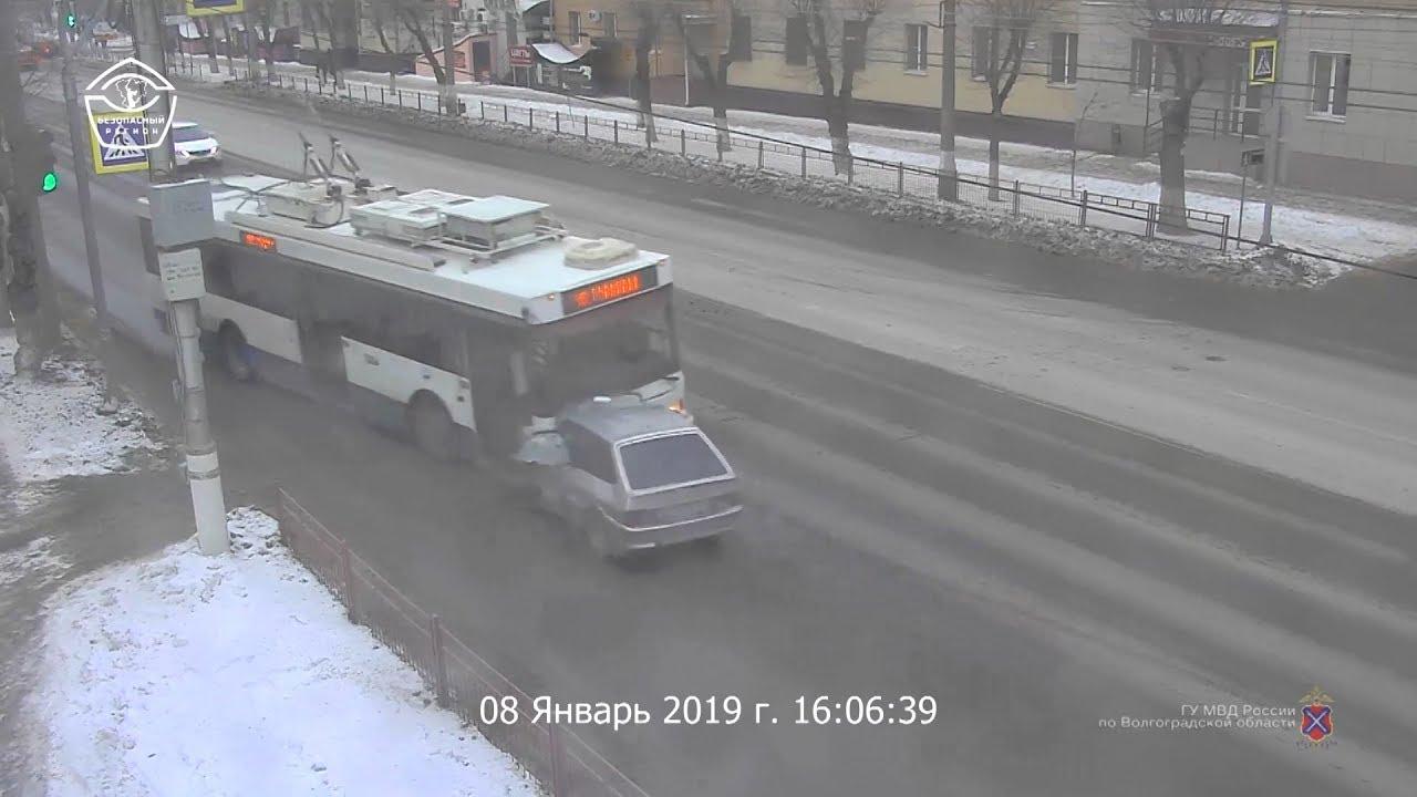 Столкновение легкового автомобиля с троллейбусом в Волгограде