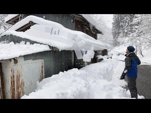 Γρήγορος καθαρισμός μιας σκεπής από το χιόνι