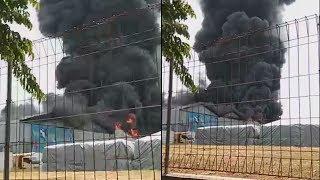 Petugas Kesulitan Padamkan Api yang Membakar Pabrik Plastik di Gresik