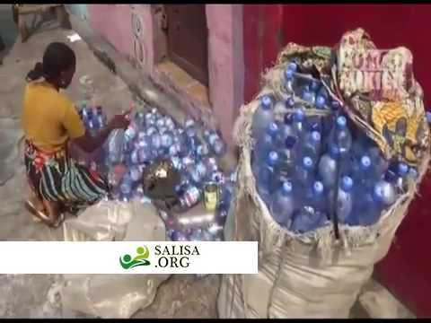 DR Congo: For 29 years she feeds her family by selling collected bottles.