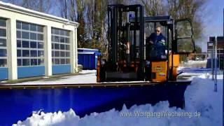 preview picture of video 'THW Nordenham: Gelände-Stapler (Moffett) mit Schneeräumschild'