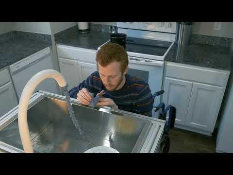 Un estudiante inventa un fregadero robótico para que le friegue los platos