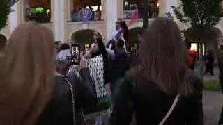 В центре Петербурга болельщики празднуют победу сборной России в матче с Испанией
