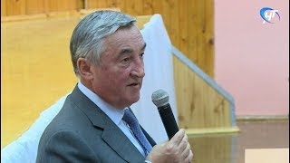 На встрече с жителями Новгорода Юрий Бобрышев поделился своим мнением о взаимодействии с предприятиями