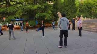 preview picture of video 'Praticare per la prima volta lo jiànzi (shuttlecock) allo Yingze Park di Taiyuan, Cina'