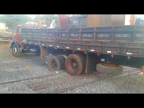 Caminhão fica preso nas passagens de nível no Distrito de Ecatu