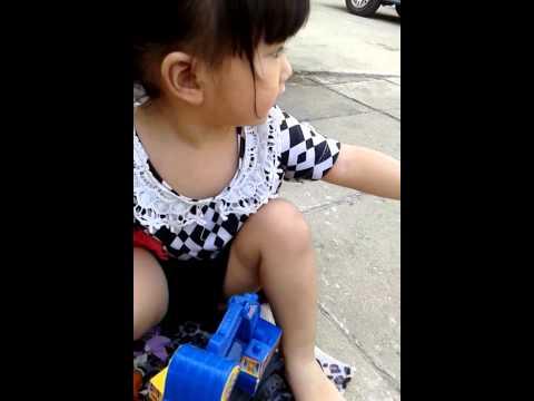 น้องอิ่มอุ่นเด็กผู้หญิงเล่นรถตัดดิน