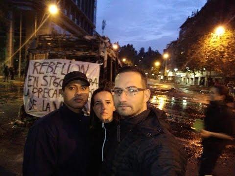 Atletas Idelvan de Souza, Rafaela Ferreira Saes e André Luís Lopes Catarino, com manifestantes ao fundo