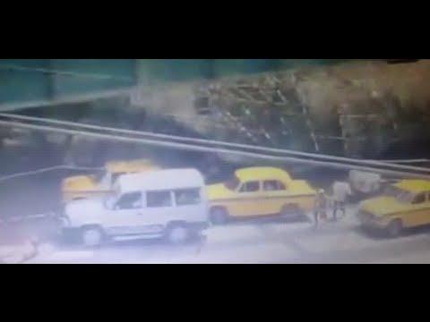 انهيار جسر قيد الإنشاء على المشاة والسيارات بالهند