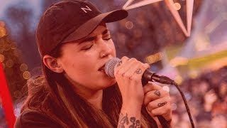 Miriam Bryant sjunger sin hitlåt Black Car för ett smockat Kärlekens torg