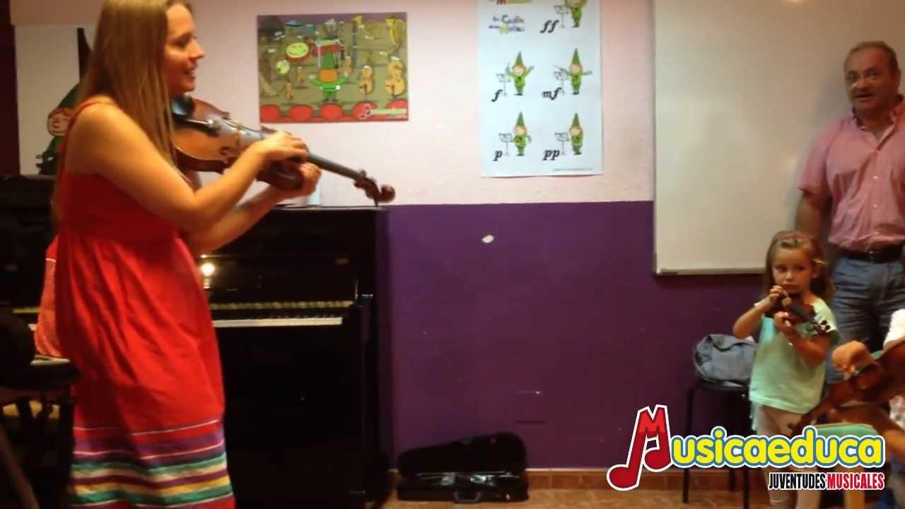 Primer contacto con el violín de los pequeños alumnos - Violines para el futuro