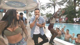Luis Fonsi cantando Despacito al lado de una piscina