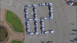 В Великом Новгороде День образования ГИБДД отметили фигурным вождением на площади