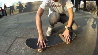 Смотреть онлайн Как сделать на скейте трюк кикфлип