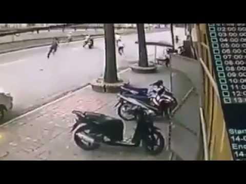 Đắng lòng nam thanh niên ngồi nghỉ trên xe SH bị nhân dân đuổi đánh
