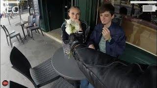 MOTARD lui offre des fleurs devant son MEC