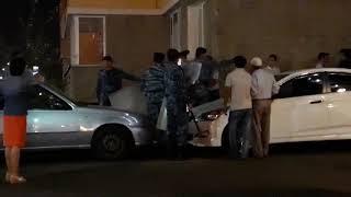 Полицейские просят разойтись собравшихся зевак в Астане