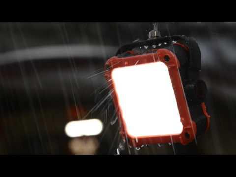 Đèn tích điện Claymore II hoạt động dưới trời mưa