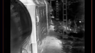 Смотреть онлайн Маленького ребенка чуть не сбивает поезд